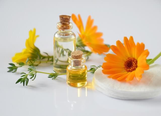 オレンジ色の花と石油化粧品の写真