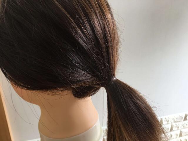 ヘアゴムで結んでいる髪の毛の写真