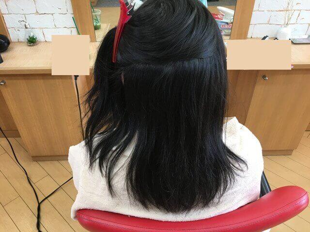 クセを伸ばす前の髪の毛後頭部の写真