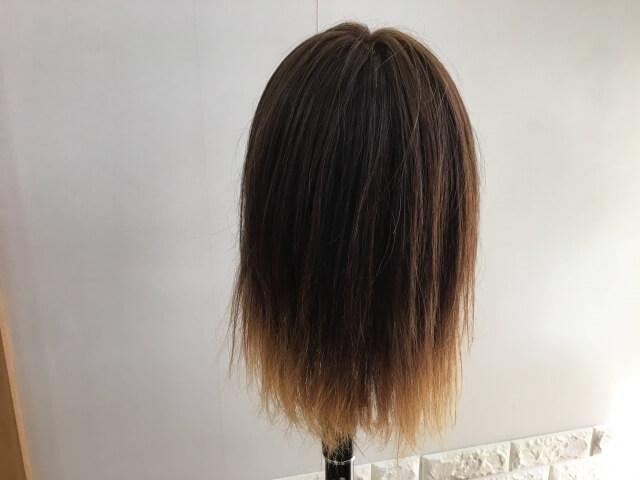 洗い流さないトリートメントを付ける前の髪の毛後ろ姿の写真