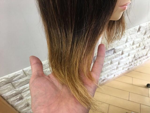 洗い流さないトリートメントを付けた髪の毛の毛先の写真