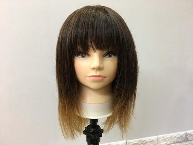 何も付けていない髪の毛と洗い流さないトリートメントを付けた髪の毛の比較写真