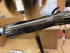 クレイツのアイロンで髪の毛を挟んでいるところの写真
