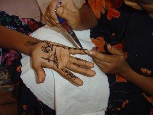 ヘナタトゥーをしているところの写真