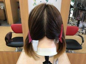 左右に分けた髪の毛の写真