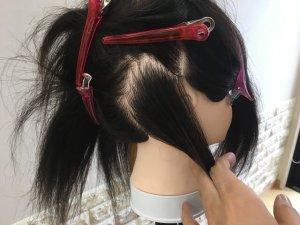 耳後ろインナーカラーの分け取る範囲バックの写真