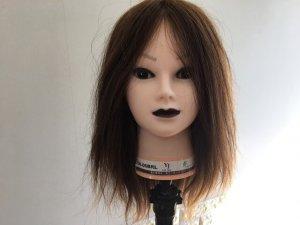 ストレートアイロンで伸ばす髪の毛正面の写真