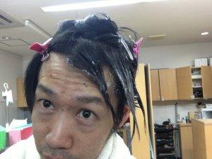 ブリーチを塗った髪の毛の写真