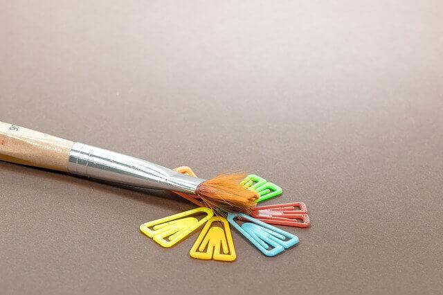 絵の具の筆と色の写真