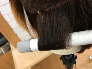 ヘアビューロンカールで髪の毛を巻き込んだところの写真