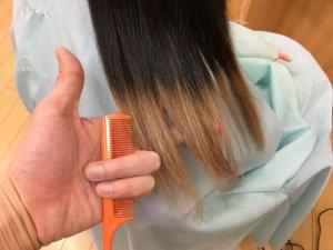 従来のストレートアイロンで伸ばした人毛の毛先の写真