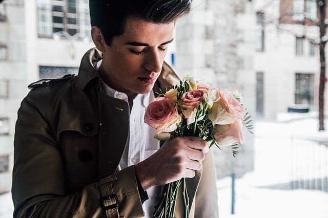 花束を持った男性の写真