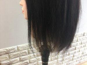 耳上からのインナーカラーの毛先の写真