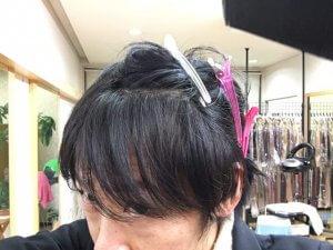 ジグザグに分け取った髪の毛の写真