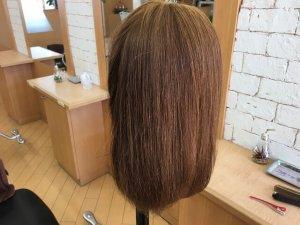 従来のストレートアイロンで伸ばした髪の毛横の写真
