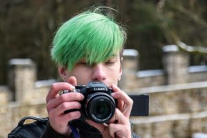 緑色のヘアカラーの男性の写真