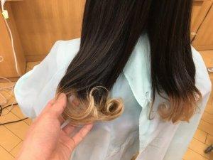 ヘアビューロンカールで巻き終えた髪の毛の手触り写真