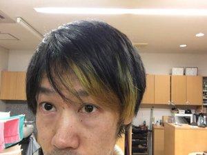 緑色に染めたインナーカラーの写真