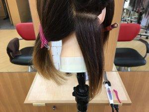 クレイツのアイロンで伸ばす毛束の写真