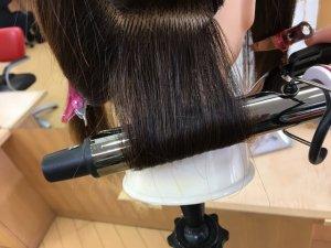 クレイツのアイロンで髪の毛を巻き込んだところの写真