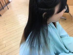 従来のストレートアイロンでクセを伸ばす前のサイドの毛の写真
