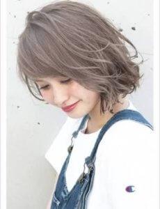 ブリーチした髪の毛にアッシュカラーの女性の写真