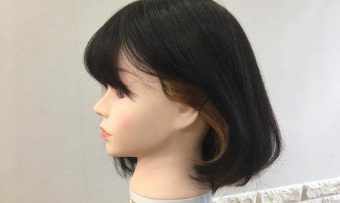 ボブヘアの耳上インナーカラー耳かけ写真