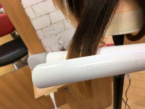 ヘアビューロンカールで髪の毛を挟むところの写真