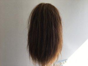 ストレートアイロンで伸ばす髪の毛背面写真