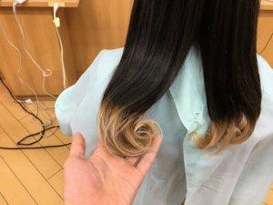 ヘアビューロンカールで巻き終えた髪の毛アップ写真