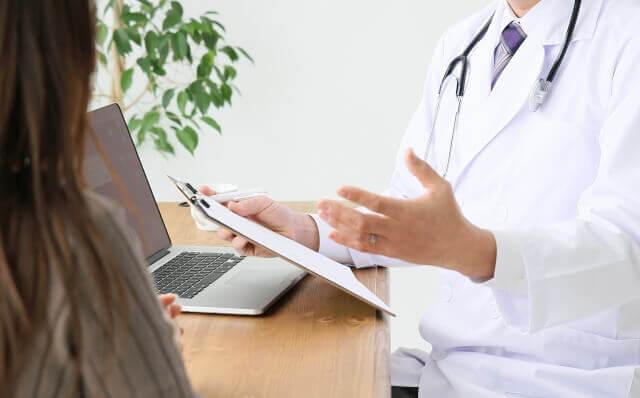 女性に説明する医師の写真