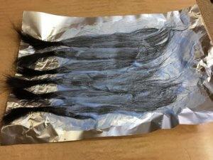 髪の毛をブリーチしている写真