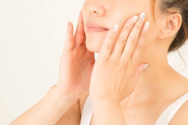 肌の保湿をしている女性の写真