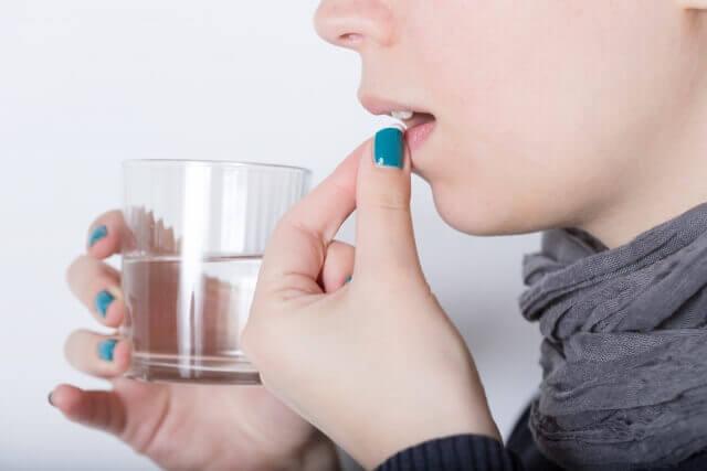 サプリメントを飲む人の写真
