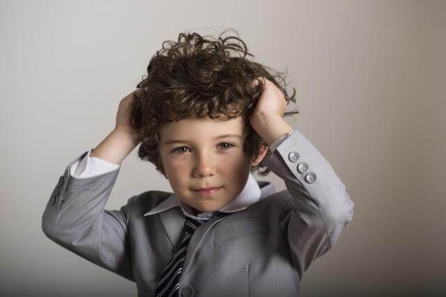 髪の毛を整える男の子の写真