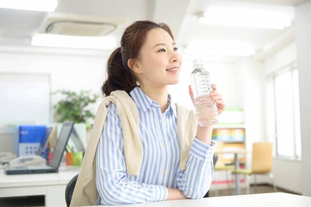 水を飲むキャリアウーマンの写真