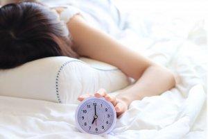 目覚まし時計と女性の写真