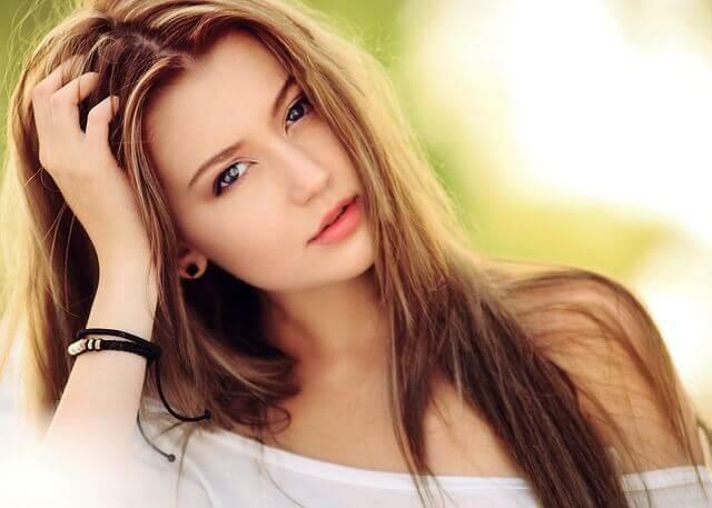ベージュの髪色の女性の写真