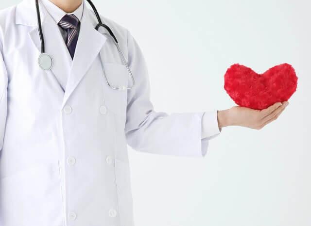 ハートを持っている医師の写真