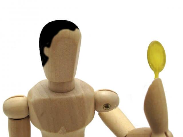 髪の毛を気にする人をイメージした人形の写真