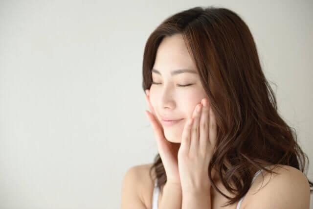 肌の保湿をする女性の写真