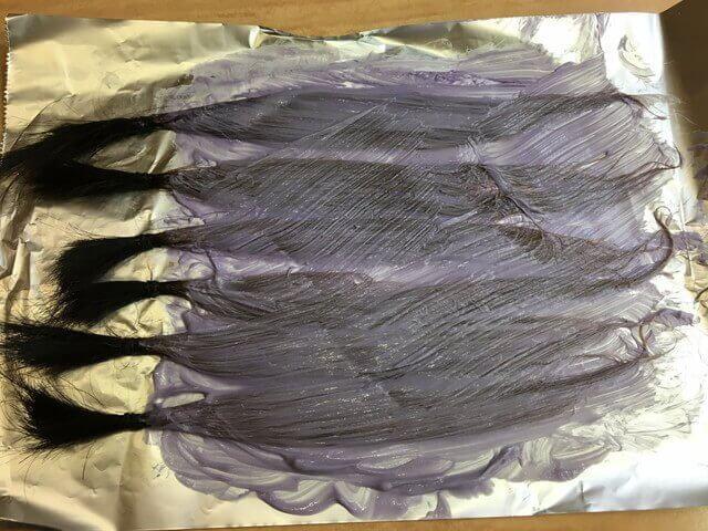 ピンクベージュで染めている髪の毛の写真