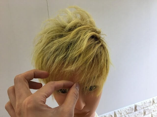 前髪にワックスを付ける写真