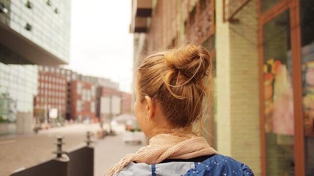 髪の毛の明るい女性
