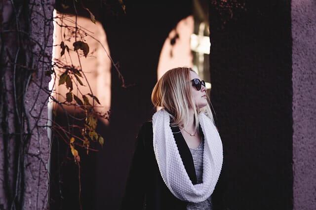 秋をイメージした女性の写真