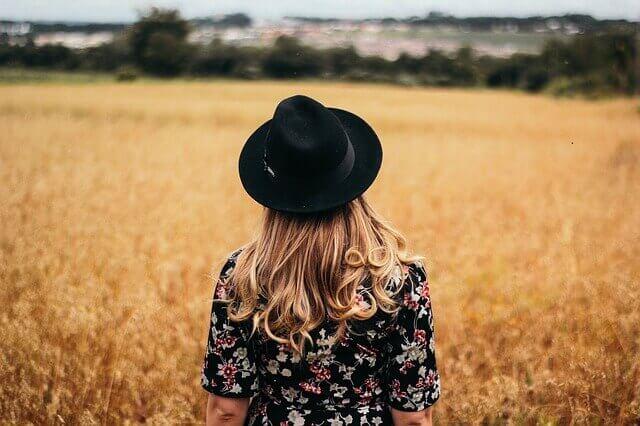 秋の野原と女性の写真