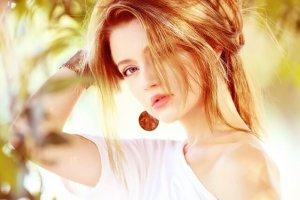 髪をまとめたメッシュカラーの女性の写真