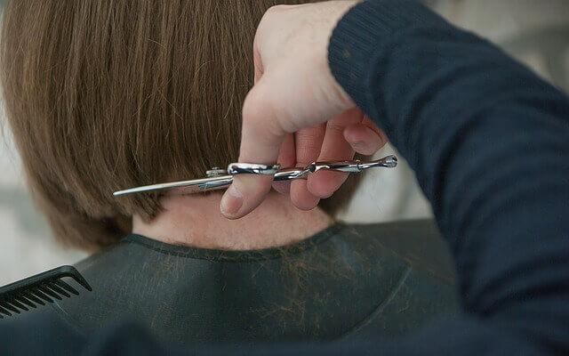 髪を切る美容師の写真