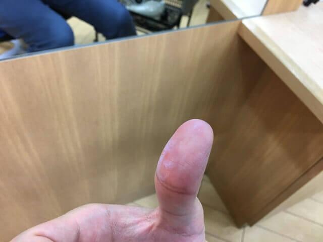指についたカラーチョークの写真