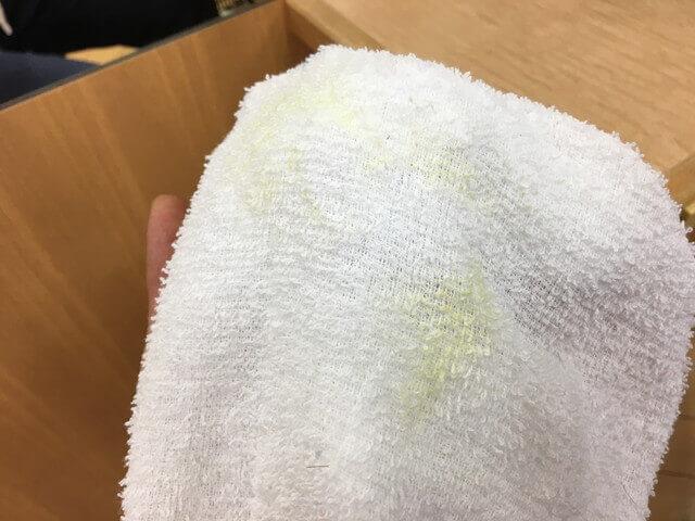 タオルについたカラーチョークの写真